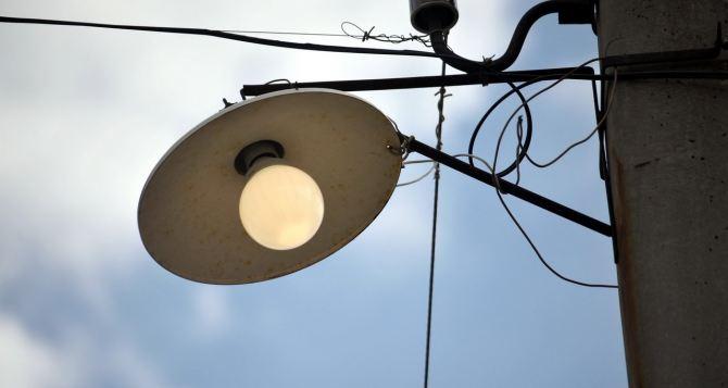 В Жовтневом районе Луганска ремонтируют уличное освещение