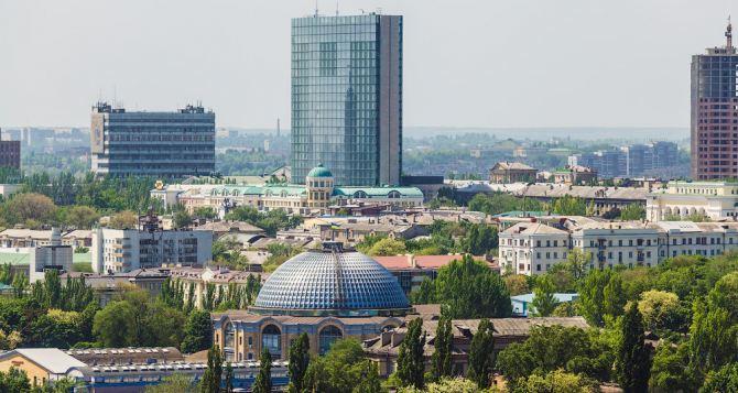В Донецке снаряд попал в жилую многоэтажку. Выгорело несколько квартир (видео)