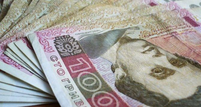 В Ровеньках из местного бюджета инвалидам и пенсионерам платят по 200 гривен