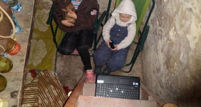 Один день из жизни мирных людей в бомбоубежище на Донбассе (фото)