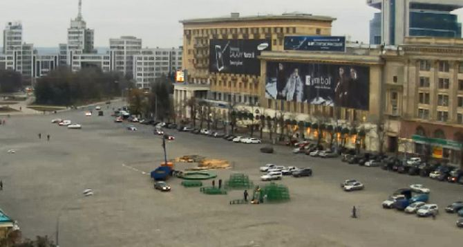 На площади Свободы в Харькове начали монтаж новогодней елки