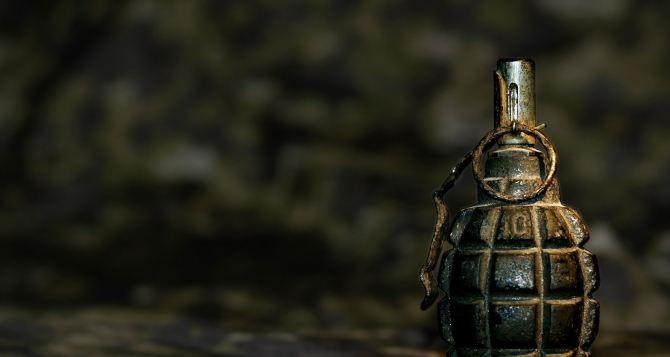 В Лисичанске возле кинотеатра нашли гранату