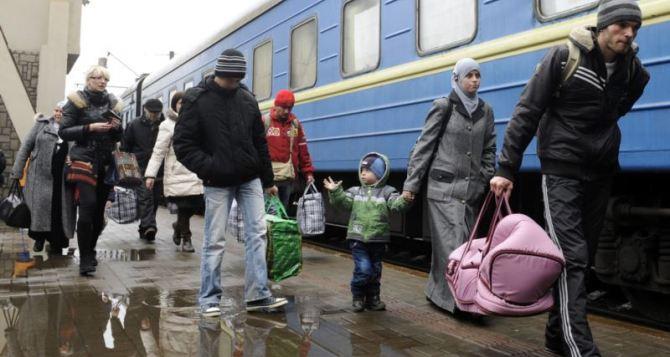 Более 50 тысяч семей переселенцев из зоны АТО получили денежную помощь
