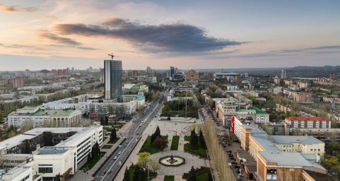 Донецк: прямое попадание снарядов в жилые многоэтажки (видео)