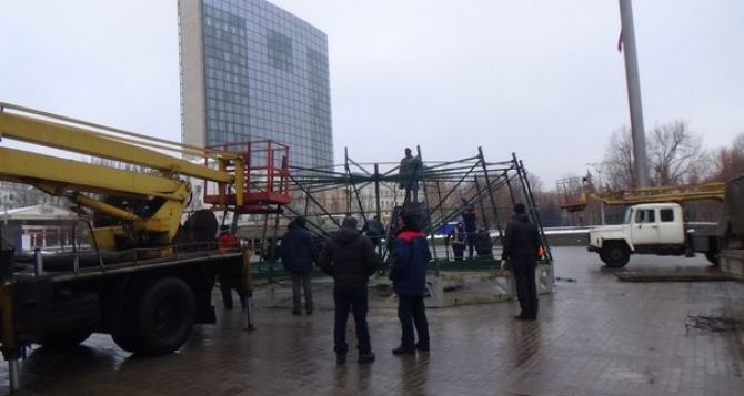 Елочка в Донецке будет. —В центре города начали устанавливать новогоднюю красавицу (фото)