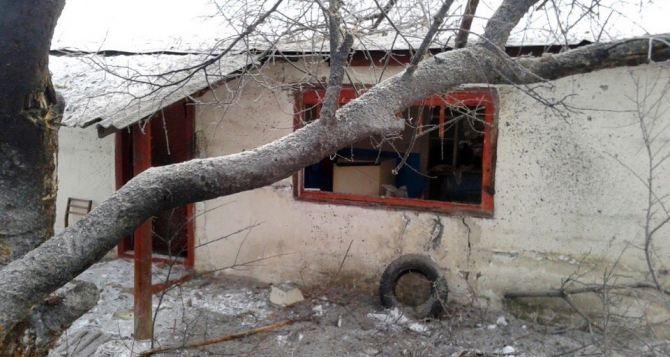 Последствия обстрела поселка Вергулевка Луганской области (фото)