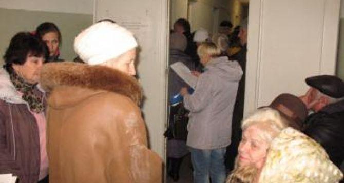 В Харькове ликвидировали запись на регистрацию переселенцев. Людей принимают в порядке живой очереди