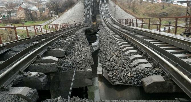 Взрыв на железнодорожном мосту в Мариуполе (фоторепортаж)