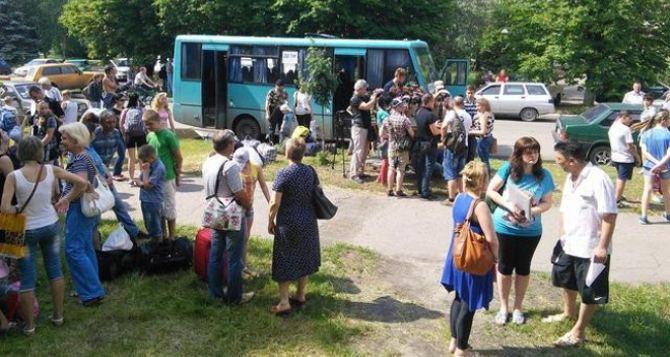 В самопровозглашенных ЛНР и ДНР заявили о выделении около 129 тысяч долларов на выплаты беженцам в Ростовской области