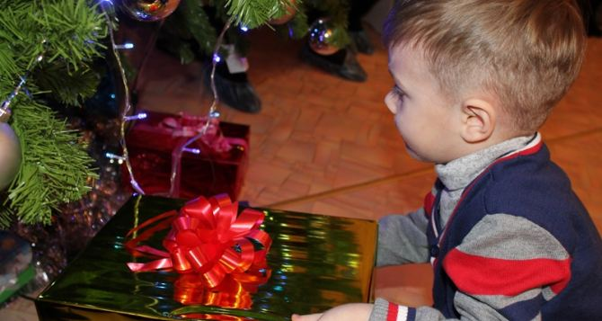 Сотрудники «Краснодонугля» поздравили детей региона с новогодними праздниками