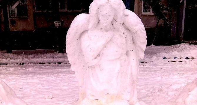 В Луганске местные жители меряются снеговиками (фото)
