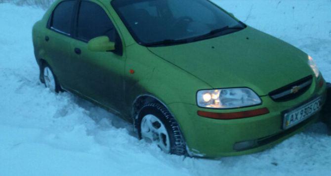 Под Харьковом в снежной ловушке оказались легковые авто, КамАЗ и машина скорой помощи