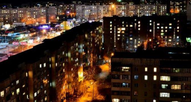 В Луганске продолжают ремонтировать уличное освещение