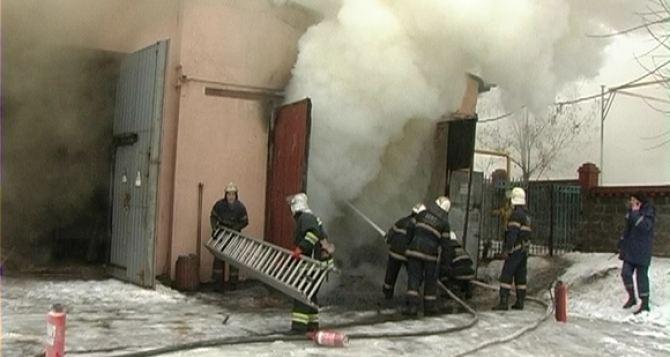 В Луганске произошел пожар на территории украинского театра (фото)