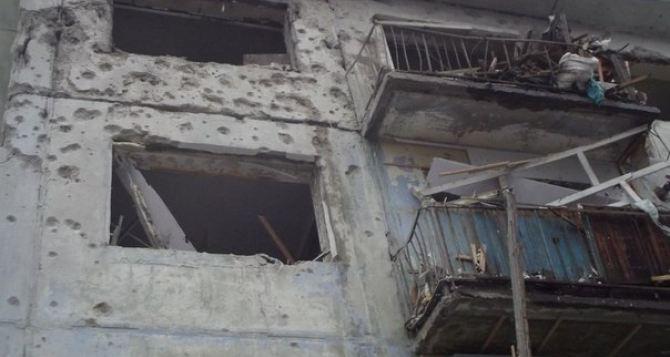 Стаханов под обстрелом: последствия попадания снарядов по жилым районам (видео)