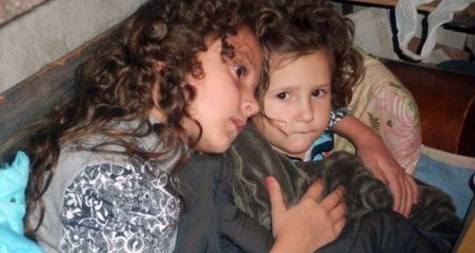 В Горловке из-за постоянных обстрелов дети проводят свое время в бомбоубежищах, подвалах и ванных комнатах (фото)
