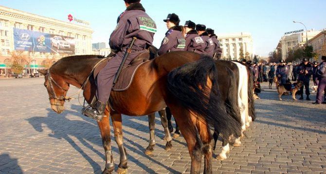 Харьков патрулируют на бронемашинах и лошадях