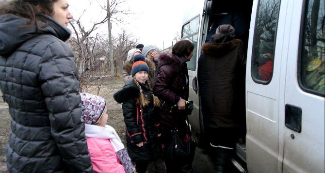 Эвакуация под обстрелом: как волонтеры помогают выехать из Станицы Луганской