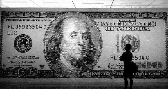 Курс валют: доллар на межбанке дешевеет