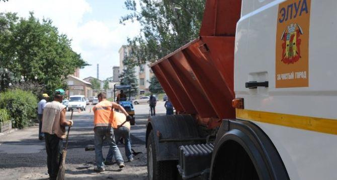 В Луганске выполняют ямочный ремонт дорог, используя брусчатку и шлак