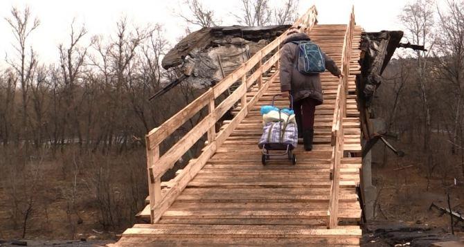 В районе Станицы Луганской на месте взорванного моста установили временную пешую переправу (фото)