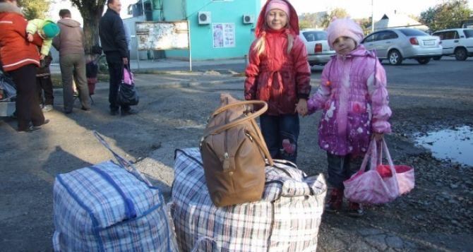 Для переселенцев в Украине увеличат количество соцработников
