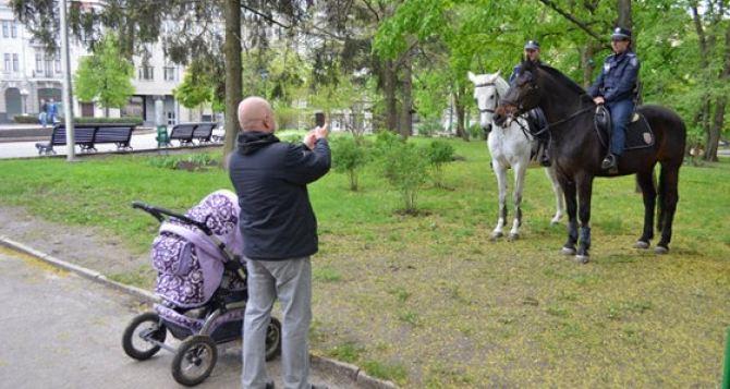 Харьковские парки охраняет конная милиция, улицы патрулируют БТРы