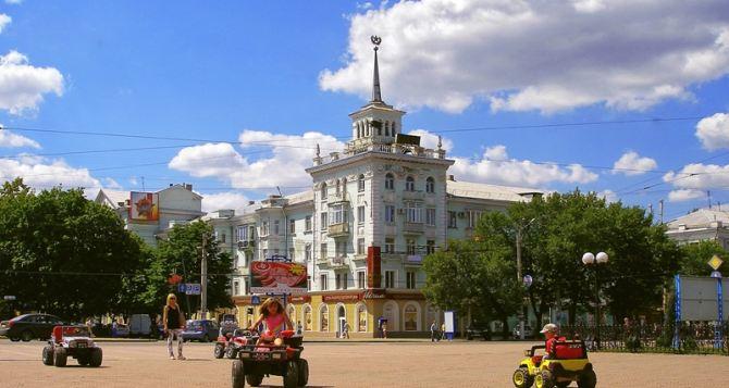 В Луганске наносят дорожную разметку и чистят ливневки