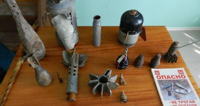 В Луганске школьников учили правилам поведения с взрывоопасными предметами (фото)