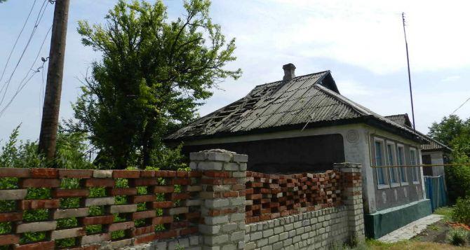 Последствия обстрела Славяносербского района (фото)