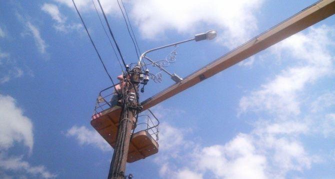 В Луганске специалисты ремонтируют системы наружного освещения