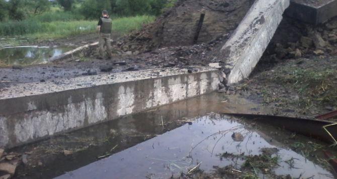 В Луганской области подорвали еще один мост (фото)