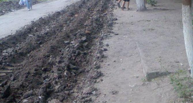 В Луганске стихийный рынок убрали с помощью трактора. —Соцсети (фото)