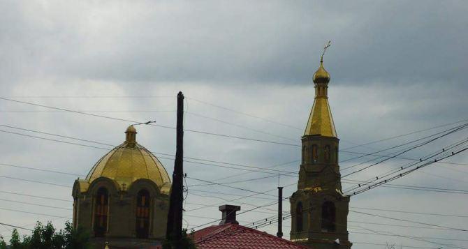 В Луганске восстановили поврежденные ураганом кресты Свято-Петро-Павловского собора (видео)