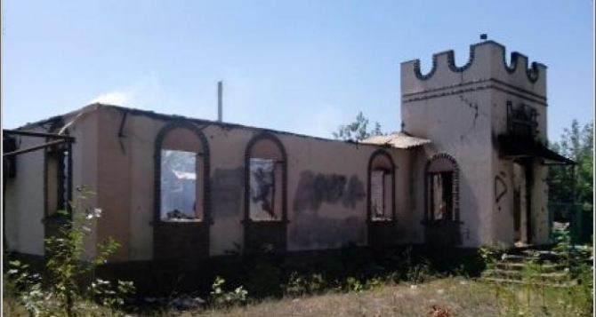 В результате обстрела Станицы Луганской сгорело кафе «Фортеця» (фото)