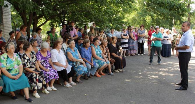 Жители поселка Тельмана рассказали мэру Луганска о своих проблемах