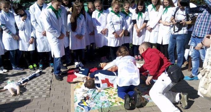 Волонтеры обучают жителей Луганска приемам первой помощи (фото)