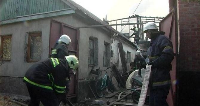 В Луганске из-за замыкания электропроводки чуть не сгорели два дома (фото)