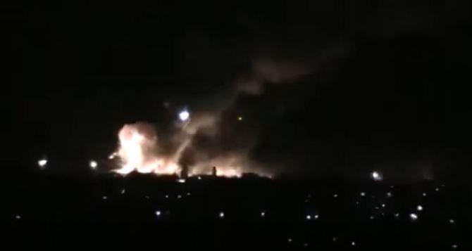 В Луганской области загорелся склад с боеприпасами (видео)