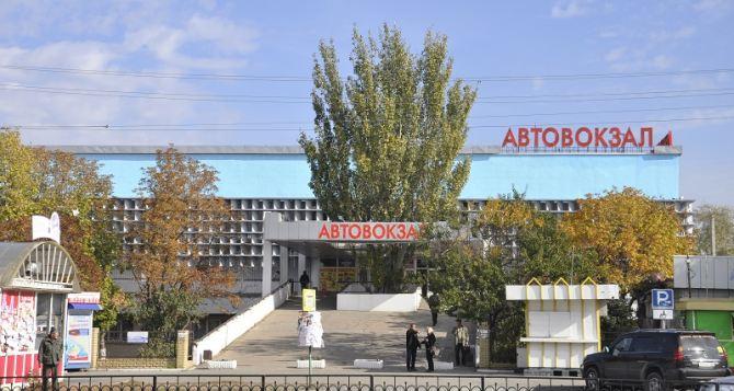 Фасад Луганского автовокзала выкрасили в цвета флага самопровозглашенной ЛНР (фото)
