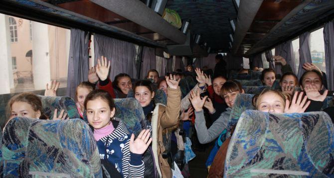 Одаренных детей из Луганска отправили на экскурсию в Москву и Санкт-Петербург
