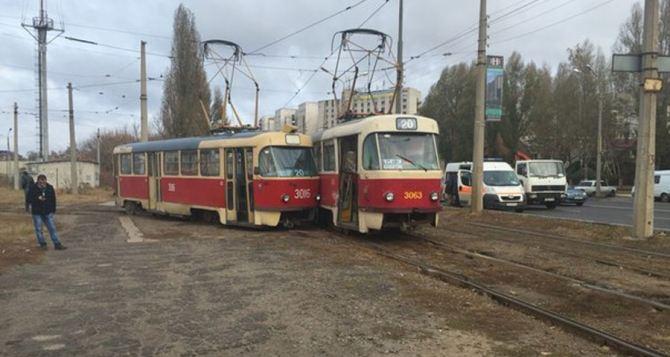 В Харькове два трамвая столкнулись, еще один— сошел с рельсов