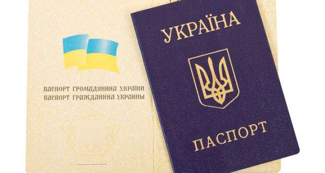 В украинских паспортах русский язык заменят на английский