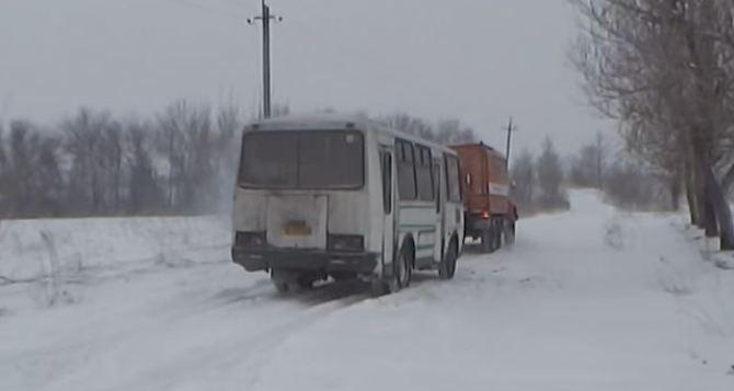 В Свердловске спасатели освободили из снежного заноса рейсовый автобус +