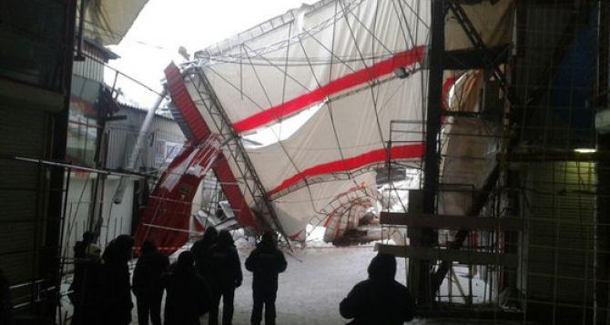 На Барабашово под тяжестью снега рухнул навес