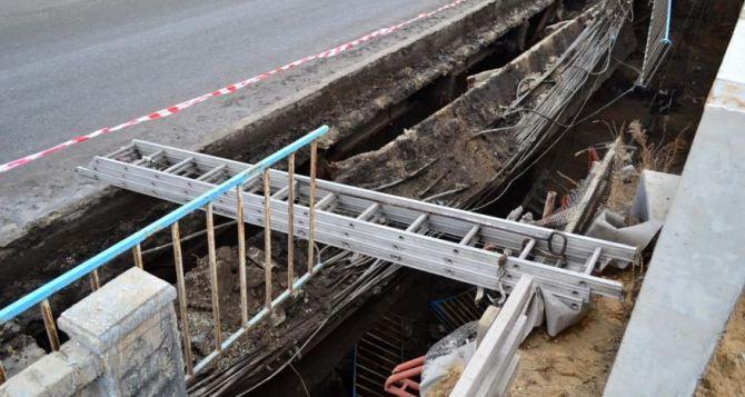 В Луганске обрушился путепровод (фото)