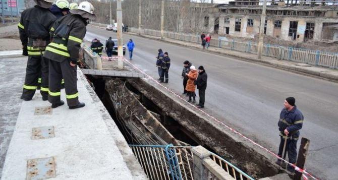 В Луганске хотят возобновить движение транспорта по поврежденному путепроводу