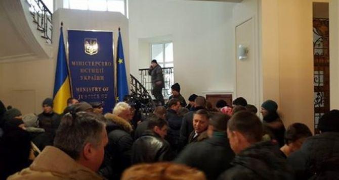 В Киеве штурмуют здание Минюста
