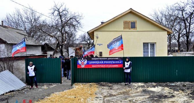 Жителям Шахтерска вручили ключи от домов, построенных взамен разрушенных во время войны