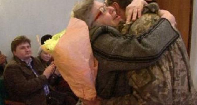 Харьковчанкам накануне 8Марта подарили встречу с сыновьями, служащими в АТО